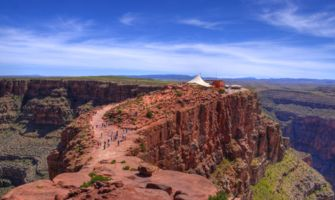 RS7268_las-02-grand-canyon-west-rim-guano-point-cafe-in-background-green-bushes-on-canyon-walls