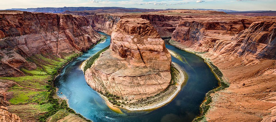 A panoramic view of Horseshoe Bend and the Colorado River.