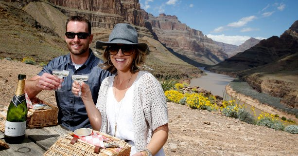 Passagers en train de pique-niquer dans le lit du Grand Canyon