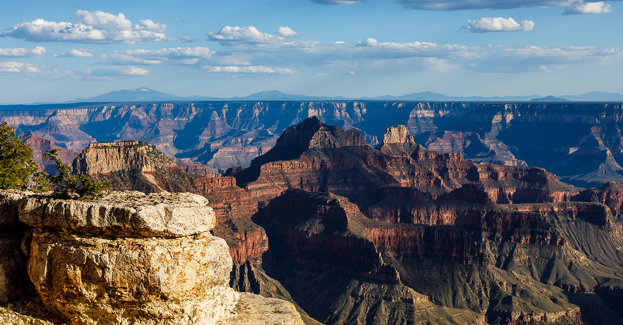 A panoramic view of the Grand Canyon National Park horizon.